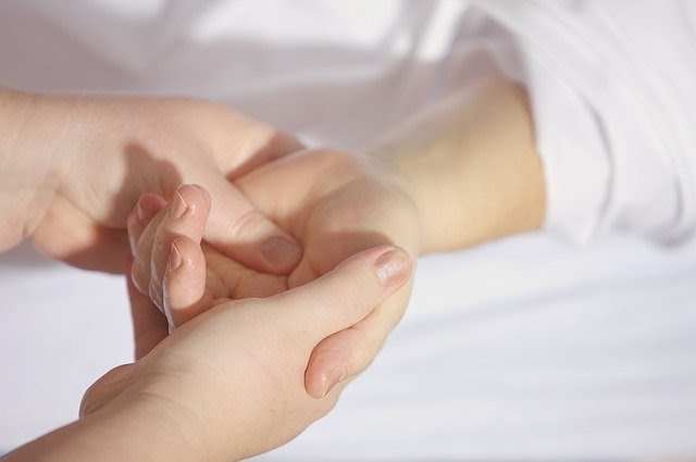 Co brnění rukou signalizuje