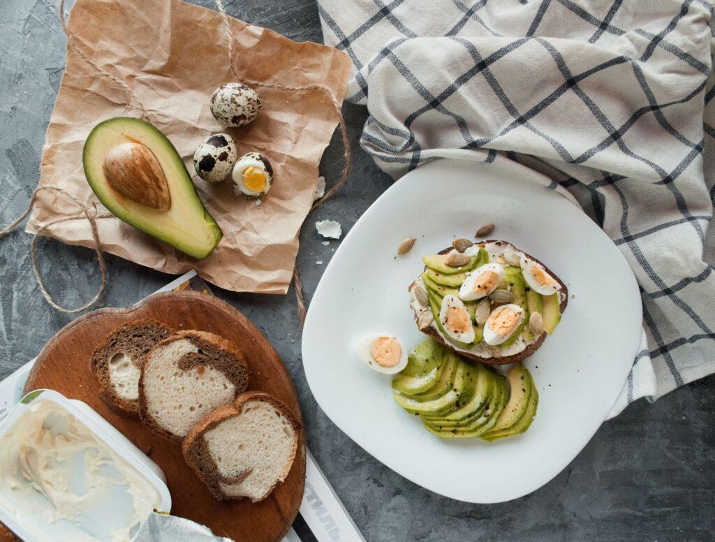 Kváskový chléb s avokádem a volským okem