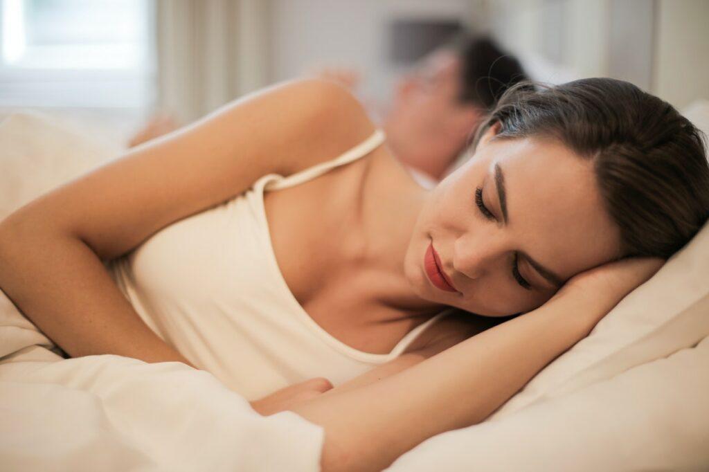 kvalitní postel a anatomický polštář