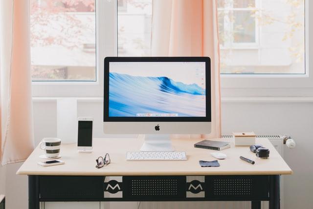 ergonomický pracovní stůl