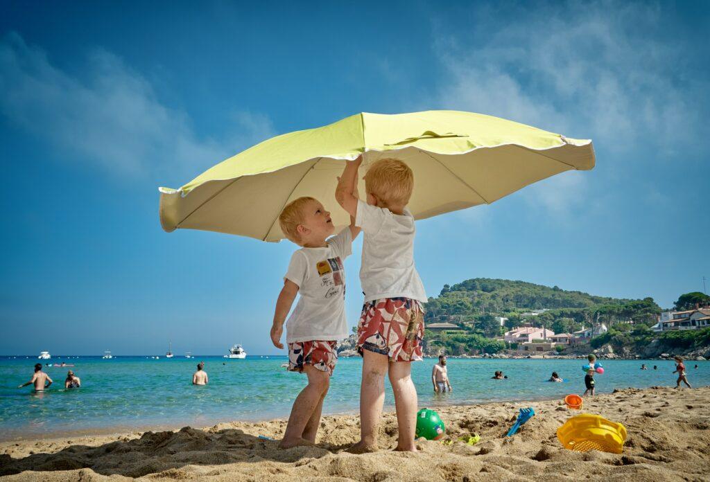 děti pod slunečníkem
