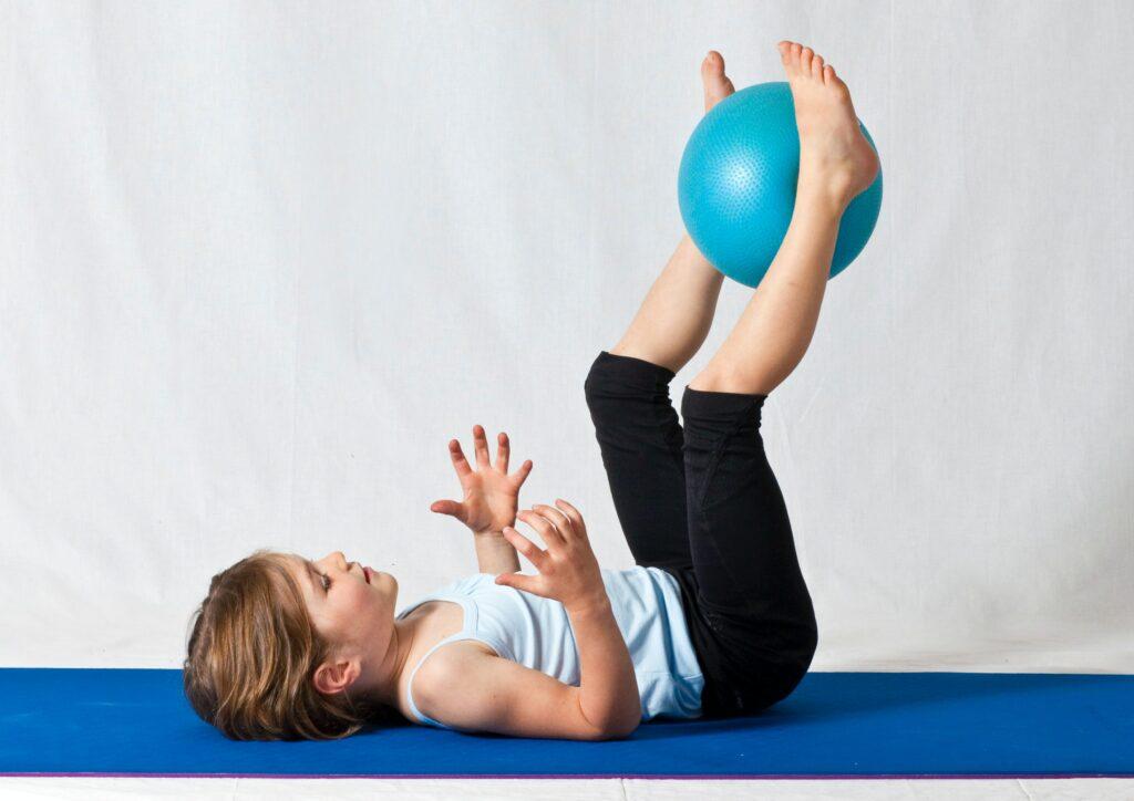 cvičení dětí s overballem